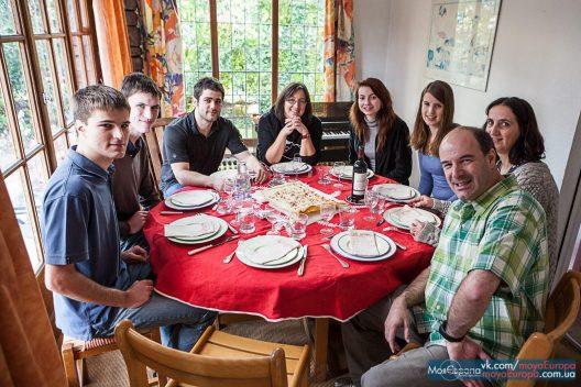 Taize Тезе обід у сімї
